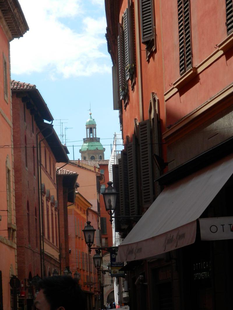 vista calle tipica de bolonia italia