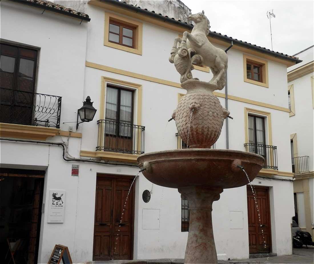 estatua fuente plaza del potro cordoba