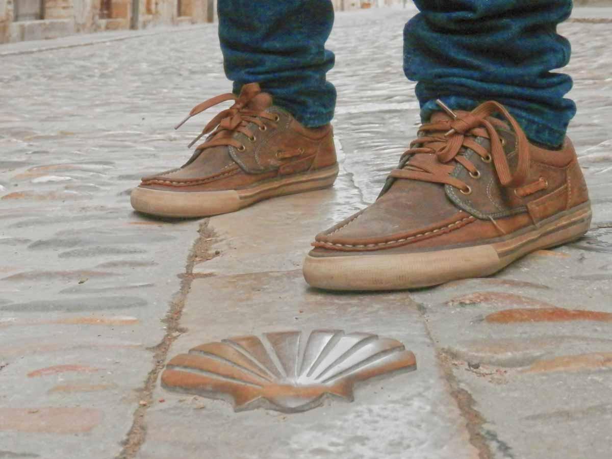 pies-con-figura-camino-santiago-estella-navarra