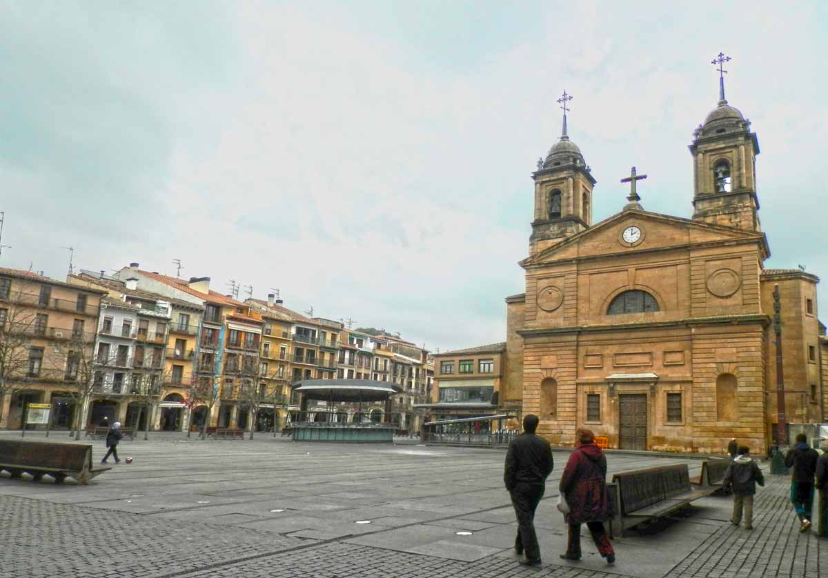 plaza-de-los-fueros-e-iglesia-estella-navarra