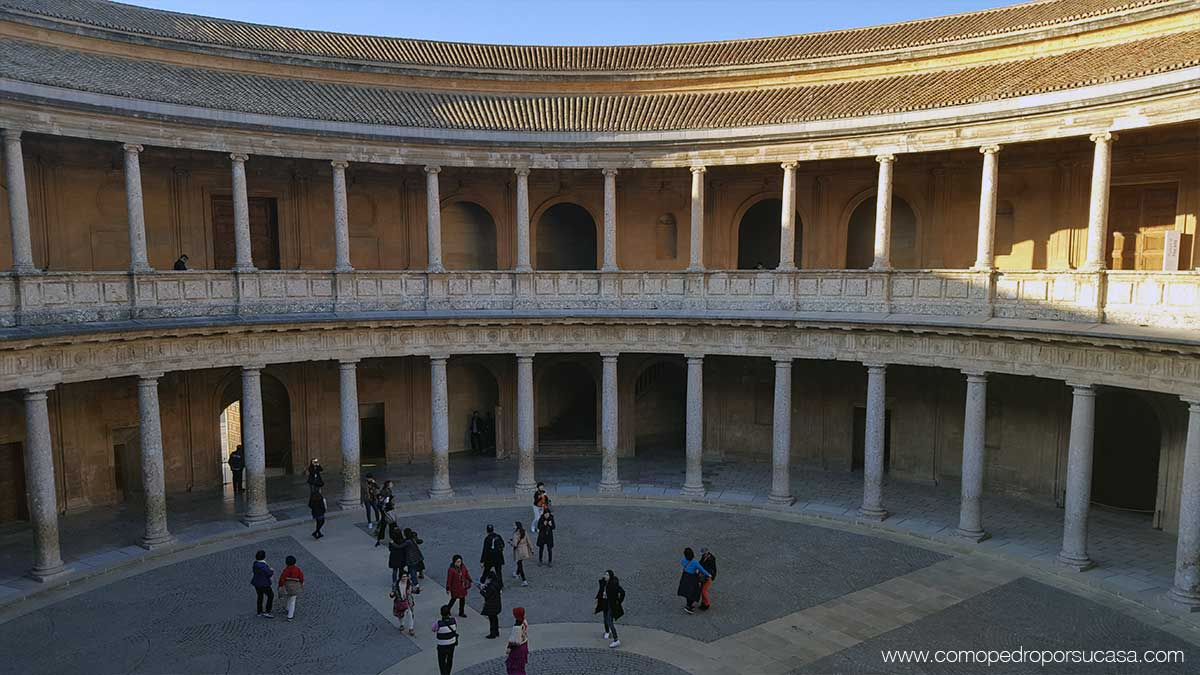 interior-palacio-carlos-v-la-alhambra-circular